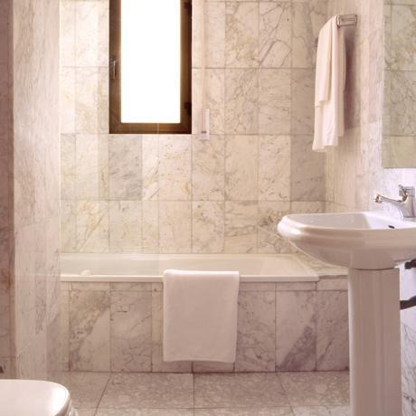 Bathroom of the apartment for rent in Madrid in the Proinca Lerida Building