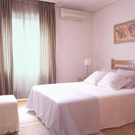 Master suite of the apartment for rent in Madrid in the Proinca Lerida Building